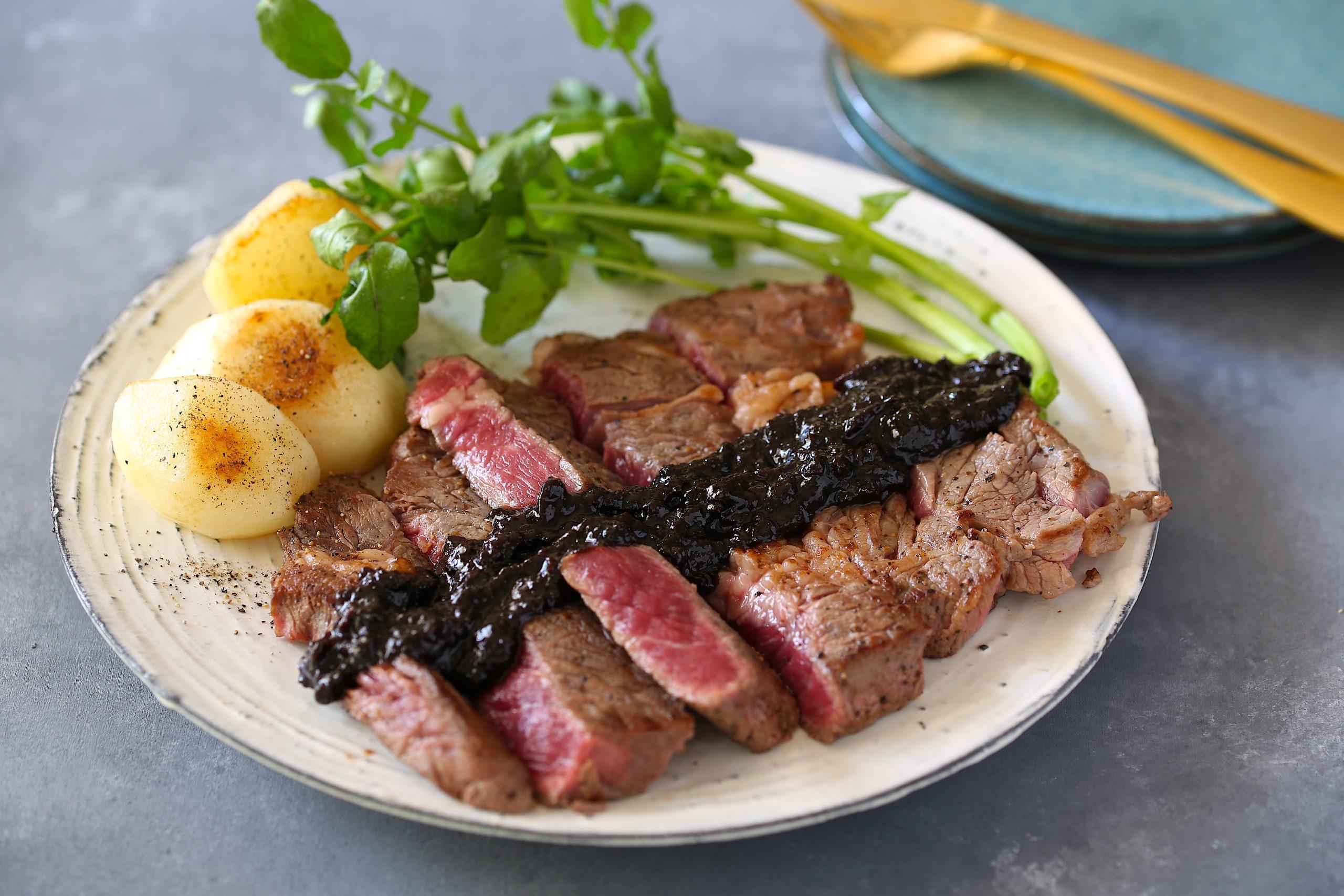 牛ステーキの濃厚黒にんにくソース
